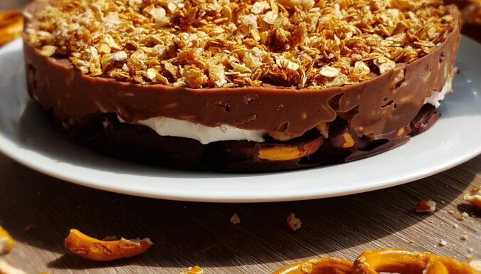 Neceptā šokolādes kūka ar riekstiem, zefīriem un sāļajiem kliņģerīšiem