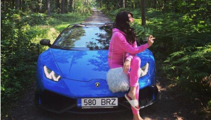 Foto: Valšķīgā Betija dzelteno 'Ferrari' atstāj mājās un ar zilo 'Lambo' brauc uz mežu