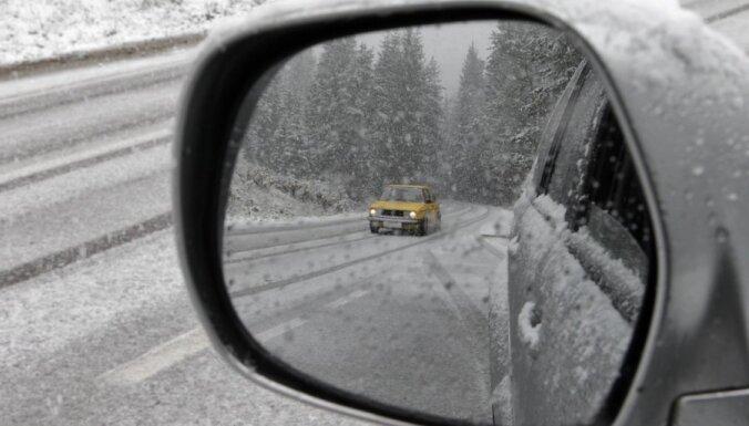 Pirmdien uz ceļiem viens bojāgājušais; grāvjos vairāki pārgalvīgie braucēji