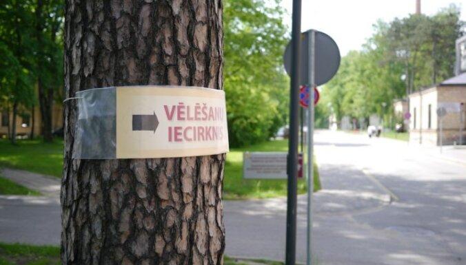 Vēlētājs pārmet latviešu valodas nelietošanu kādā Rīgas vēlēšanu iecirknī