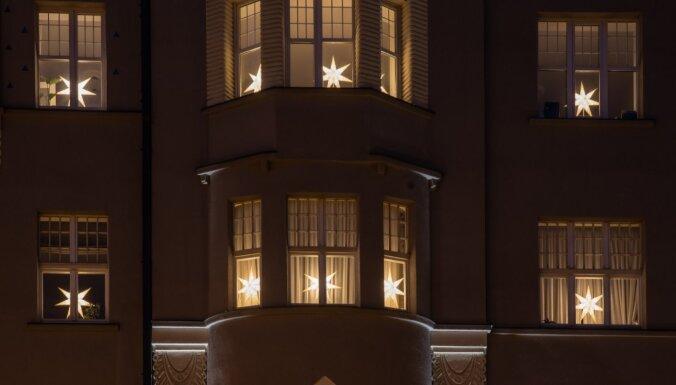 130 новогодних звёзд зажглись в окнах исторического здания в центре Риги