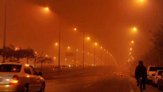 Pekinā smoga dēļ atceļ simtiem avioreisu