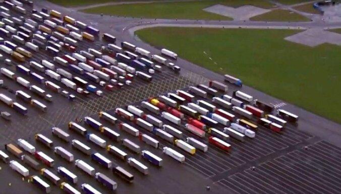 Video: Eiropā netiekošie briti lidlauku pārvērš iespaidīgā autoparkā