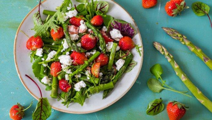 Zemeņu un sparģeļu spirdzinošie salāti