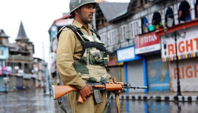 Indijā potenciālajiem karavīriem liek izģērbties, lai novērstu krāpšanos