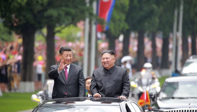 Foto: Sji un Kims Phenjanā stiprina Ķīnas-Ziemeļkorejas 'neuzvaramo' draudzību