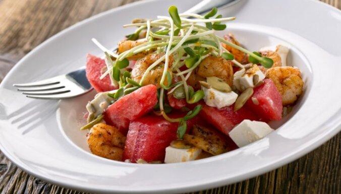 Салат, суп, лимонад. Девять идей, что интересного можно приготовить из арбуза