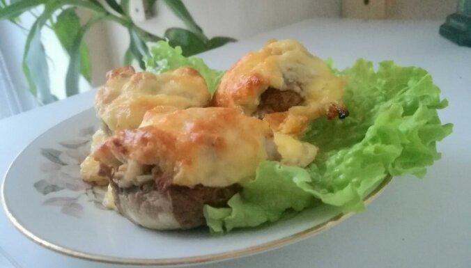 Krāsnī ceptas šampinjonu 'bumbiņas' ar malto gaļu un kārtīgu siera cepuri