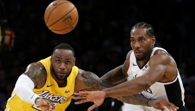 NBA Ziemassvētku spēlēs: Losandželosas derbijā uzvar 'Clippers', '76ers' apspēlē 'Bucks'