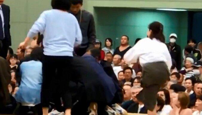 Video: Japānā no sumo ringa izraida sievietes, kuras centušās sniegt pirmo palīdzību