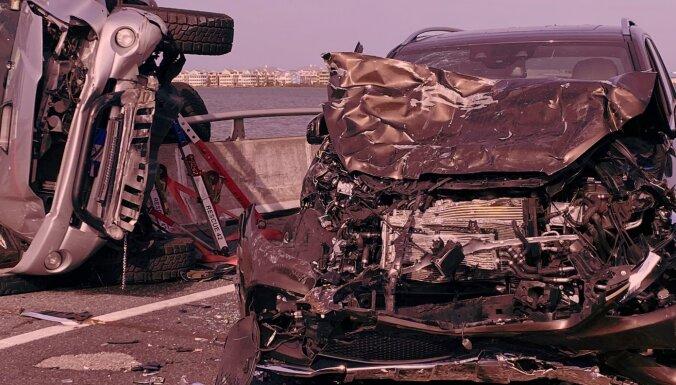 Negadījumos uz ceļiem trešdien cietuši 16 cilvēki