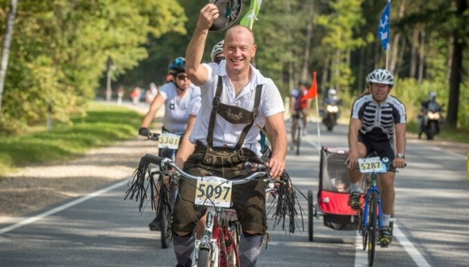 Foto: Nopietni un nenopietni pedāļu minēji tiekas Vienības velobraucienā