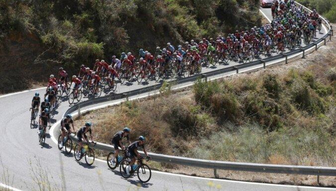Video: 'Vuelta Espana' posmā skatītājs nogrūž sportistu no velosipēda