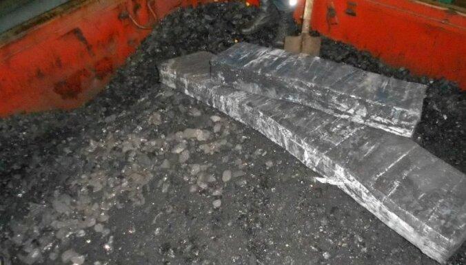 ФОТО. Таможенники обнаружили в вагонах с углем контрабандный груз