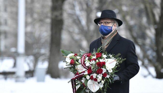 ФОТО: Президиум Сейма возложил цветы в честь защитников баррикад 1991 года