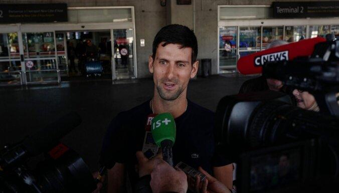 Video: Džokovičs ar līdzjutējiem uz ielas spēlē tenisu