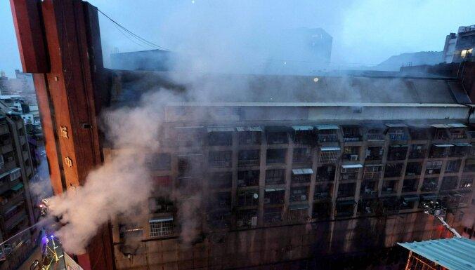 Taivānā trīspadsmitstāvīgas ēkas ugunsgrēkā vismaz 46 mirušie