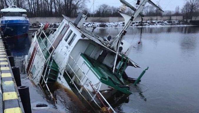 ФОТО: В Даугаве затонул патрульный корабль Службы окружающей среды
