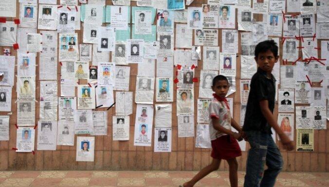 Rietumu apģērbu tirgotāji izmaksās kompensācijas Bangladešas fabrikā bojāgājušo radiniekiem
