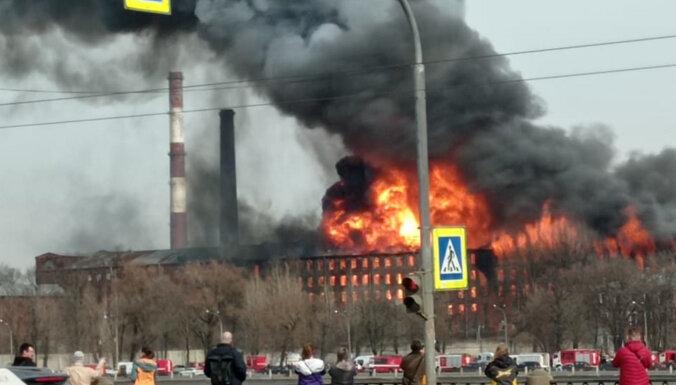 ФОТО: В Санкт-Петербурге горят 4000 квадратных метров, погиб пожарный