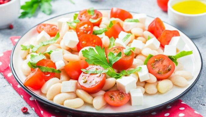 Ātrie pupiņu salāti ar ķirštomātiem un fetas sieru