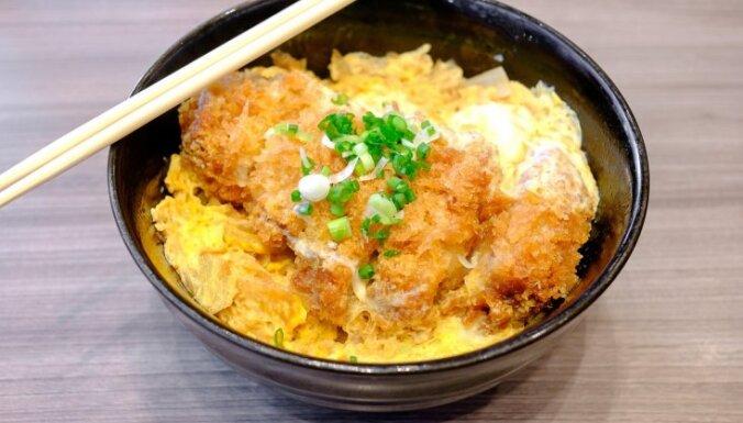 """Японский """"кацудон"""" - жареная в сухарях свинина с омлетом и рисом"""
