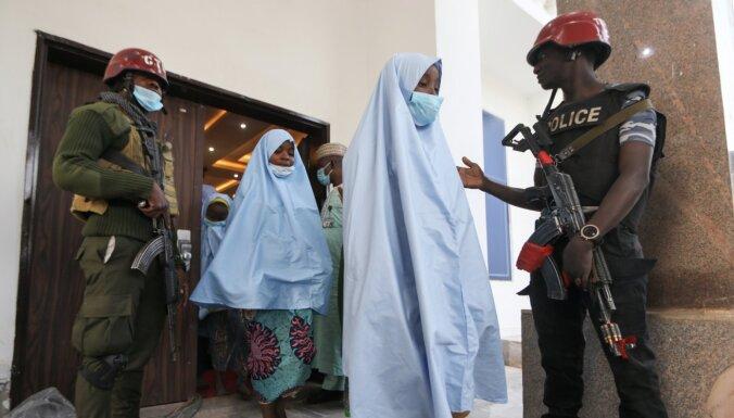 Nigērijā atbrīvotas 300 nolaupītas skolnieces