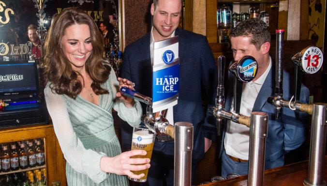 Foto: Kembridžas hercogu pāris iemēģina bārmeņa arodu un salej alutiņu