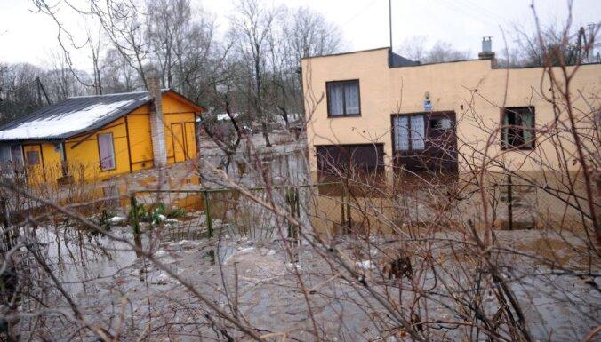 Fotoreportāža: Ogresgala pagastā applūst dārziņu teritorija; situācija vairs nav kritiska