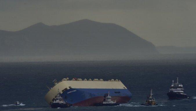 No Francijas krasta atvilktais kravas kuģis nogādāts Spānijas ostā