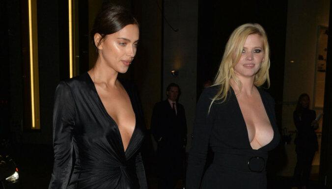 Foto: Divas slavenas modeles žilbina ar dziļiem dekoltē