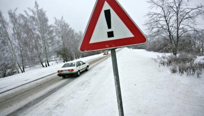 В Латвии обледенели дороги: затруднено движение по главным трассам