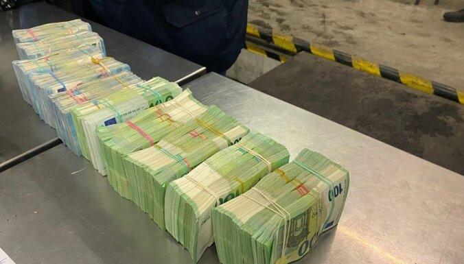 Foto: VID 'naudas mūļu' organizatoru grupējumam liedz pārvietot 1,4 miljonus eiro