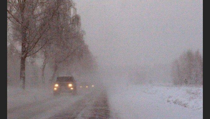 Sniegs aizputina ceļus; pie Lorupes gravas avārija