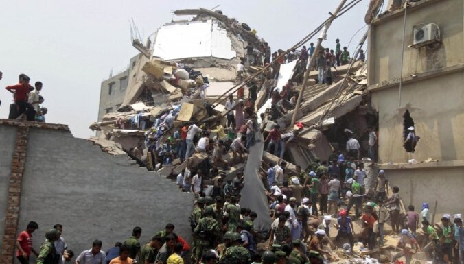 Turpinās izmisīga sagruvušās ēkas drupās Bangladešā iesprostoto glābšana; bojāgājušo skaits sasniedz 160