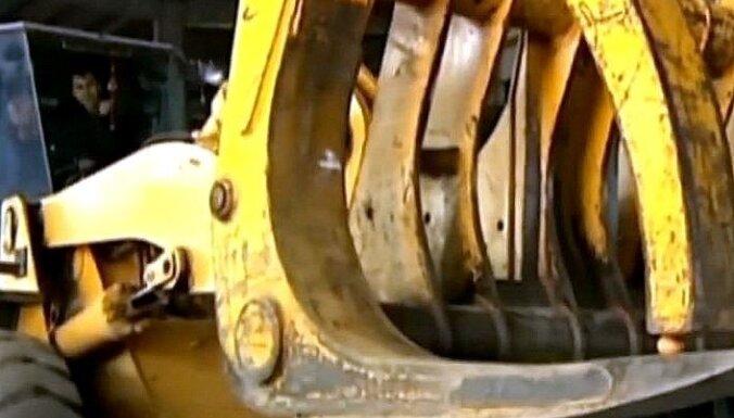 Video: Ķīnietis ar milzu traktoru paceļ jēlu olu