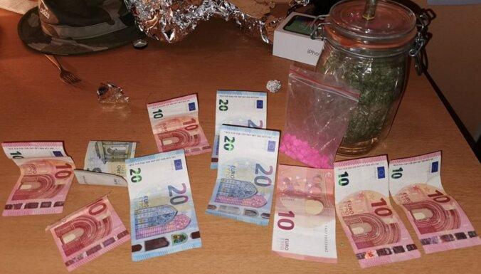 ФОТО. Полиция задержала наркодилера: изъяли марихуану и таблетки MDMA