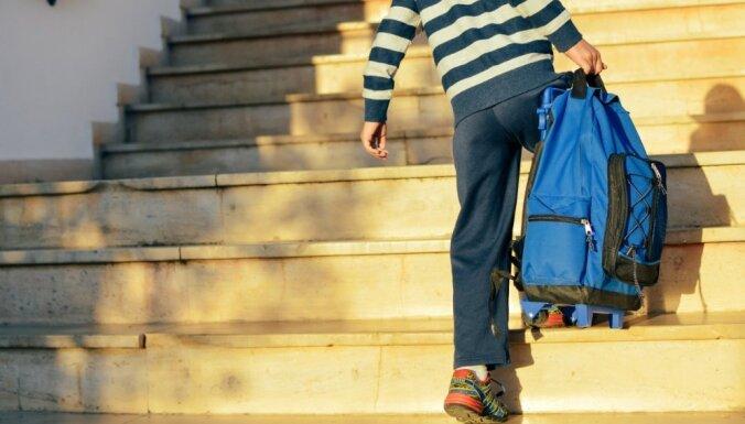 Pulksten 8 vai 9: Kā Latvijā uztver Igaunijas ideju par vēlāku skolas rītu