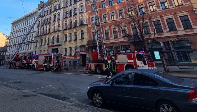 Aizturētas vairākas personas kriminālprocesā par ugunsgrēku Merķeļa ielas nelegālajā hostelī (plkst.21.05)