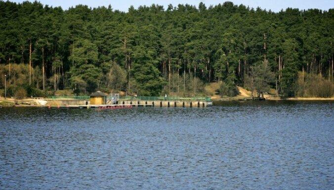 Rīgas oficiālajās peldvietās jūrā ūdens joprojām auksts