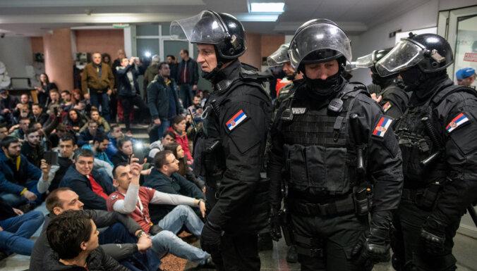 В Сербии протестующие ворвались в здание гостелеканала