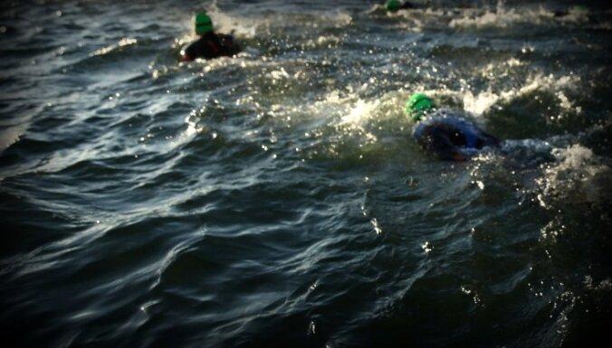 Glābēji no ūdenstilpēm izcēluši divus bojāgājušus cilvēkus