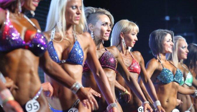 Foto: Rīgā krāšņi noslēdzies bikini daiļavu konkurss