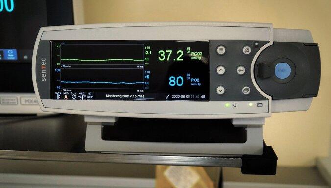 Dzemdību nams dāvanā saņēmis ierīci oglekļa dioksīda un skābekļa daudzuma asinīs mērīšanai jaundzimušajiem