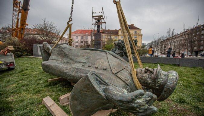 Prāgā demontēts piemineklis padomju ģenerālim