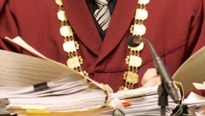 Судьи указывают на неравнозначную зарплату среди госчиновников
