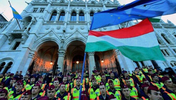 Foto: Ungārijā tūkstošiem cilvēku protestē pret universitātes slēgšanu