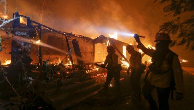 Savvaļas ugunsgrēkā Kalifornijā gājuši bojā deviņi cilvēki