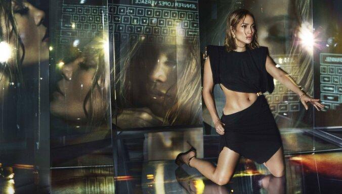 Foto: 50 gadus vecā Dženifera Lopesa žilbina 'Versace' reklāmas kampaņā