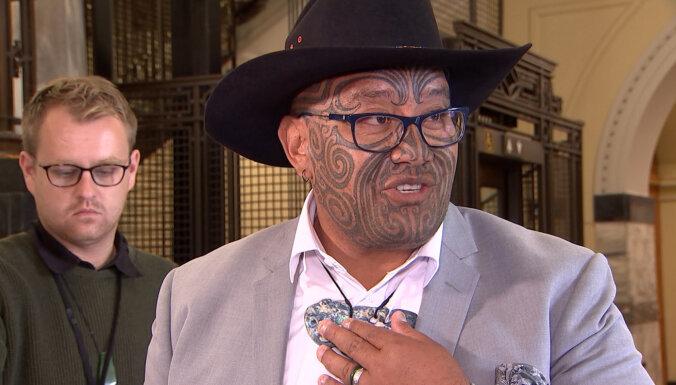 Maoru līderis izraidīts no Jaunzēlandes parlamenta par kaklasaites nevalkāšanu